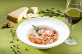 Spaghetti with mussels, tomato sauce and basil on green backgrou — Stock Photo