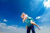 Glückliches Paar umarmen und Spaß unter freiem Himmel — Stockfoto