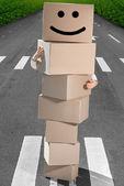 Lächelnder mann mit boxen — Stockfoto
