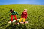 Kleurrijke paar snowboarden op het gras in de greenfield — Stockfoto