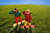 Colorful couple snowboarding on the grass in the greenfield — Stock fotografie