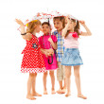 Barefoot children under an umbrella — Stock Photo