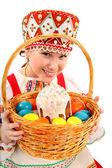 イースターの卵と休日のケーキを持つ少女 — ストック写真