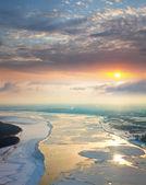 Yüzen buz kütleleri büyük nehri üzerinde geliyor — Stok fotoğraf