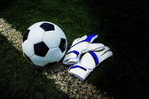 Gants et ballon de foot — Photo