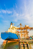 Cargo ship loading containers — Stock Photo