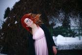 красивая рыжеволосая девушка в зимнем саду — Стоковое фото