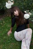Girl and roses in botanical garden — Stock Photo