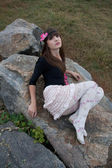 Botanik bahçesinde gül çelengi kız — Stok fotoğraf