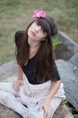 Dziewczyna w wieniec róż w ogrodzie botanicznym — Zdjęcie stockowe