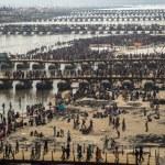 Hindu devotees crossing the pontoon bridges over the Ganges at Kumbh Mela 2013 — Stock Photo