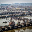 Hindu Devotees Crossing the Pontoon Bridges Over the Ganges at Kumbh Mela 2013 — Stock Photo