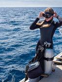 美丽的女人潜水员与水肺潜水设备船上 — 图库照片