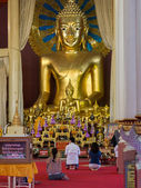 Buddhist Devotees Praying in front of Giant Buddha Statue — 图库照片