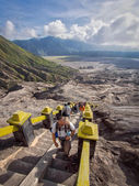 Visitors Climbing Strairs Towards the Rim of Gunung Bromo in East Java, Indonesia — Stock Photo