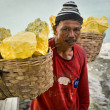 Sulfur Miner at Kawah Ijen Volcano in East Java, indonesia — Foto de Stock