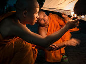 Buddhist Monks Lighting Up Hot Air Balloon at Loi Krathong 2013 Festival — Stock Photo