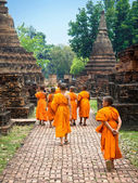 Novice Buddhist Monks Walking Among Ruins in Sukhothai, Thailand — Stock Photo