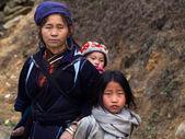 Black Hmong Woman With Her Children, Sapa, Vietnam — Stock Photo