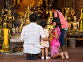 Asian Buddhist Family Making Offerings at Temple in Ayutthaya, Thailand — ストック写真