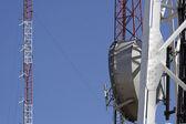 Torens van communicatie met antennes — Stockfoto