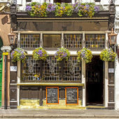 Facade of a typical pub, London, UK — Stock Photo
