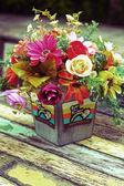 Bello crisantemi e rose di fiori artificiali — Foto Stock