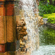 Waterfall in the garden - a lion's head statue. — Foto Stock