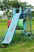 игровая площадка для детей и скользкой горки. — Стоковое фото