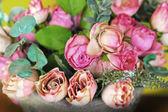 美しい人工花のバラ — ストック写真