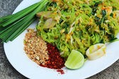 Stir-fried noodles, green lines put the squid and pork. — Stockfoto