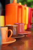 Formsprutning maskin, vattenkokare och en kaffekopp med levande färger — Stockfoto