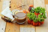 Tonfisk smörgås med sallad grönsaker och kaffe — Stockfoto