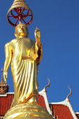 La imagen de buda en la postura de pie - templo de tailandia. — Foto de Stock