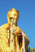 Gold statue of Guan Yin at the temple — Stockfoto