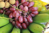 Fresh grape fruits with fresh banana fruit. — ストック写真