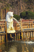 White lion statues spewing water. — Stock Photo