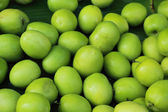 Green apples in the market — Stockfoto