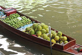 Grapefruit, mango for sale at Damnoen Saduak Floating Market - T — Stock Photo