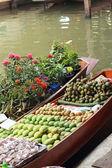 Mango och andra frukter till salu på damnoen saduak floating mar — Stockfoto