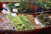 Mangoes and other fruits for sale at Damnoen Saduak Floating Mar — Stock Photo