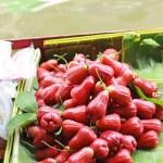 Rose apple for sale at Damnoen Saduak Floating Market - Thailand — Stock Photo #40909645