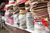 Damnoen saduak yüzen Pazar - Tayland Satılık şapka. — Stok fotoğraf