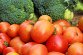 Tomatoes with green broccoli in the market — Stock Photo