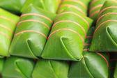 Kyselé vepřové maso zabalené do banánových listů na trhu. — Stock fotografie