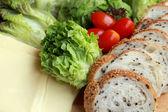 Bread sprinkled with sesame -  vegetable green salad — Foto de Stock