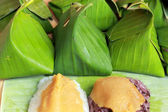 Sticky rice with custard wrapped in banana leaves.  — Stockfoto