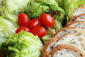 Bread sprinkled with sesame -  vegetable green salad — Stockfoto