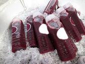 Wiele winogron sok na sprzedaż — Zdjęcie stockowe