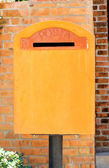 Orange vintage mailbox in nature. — Stock fotografie